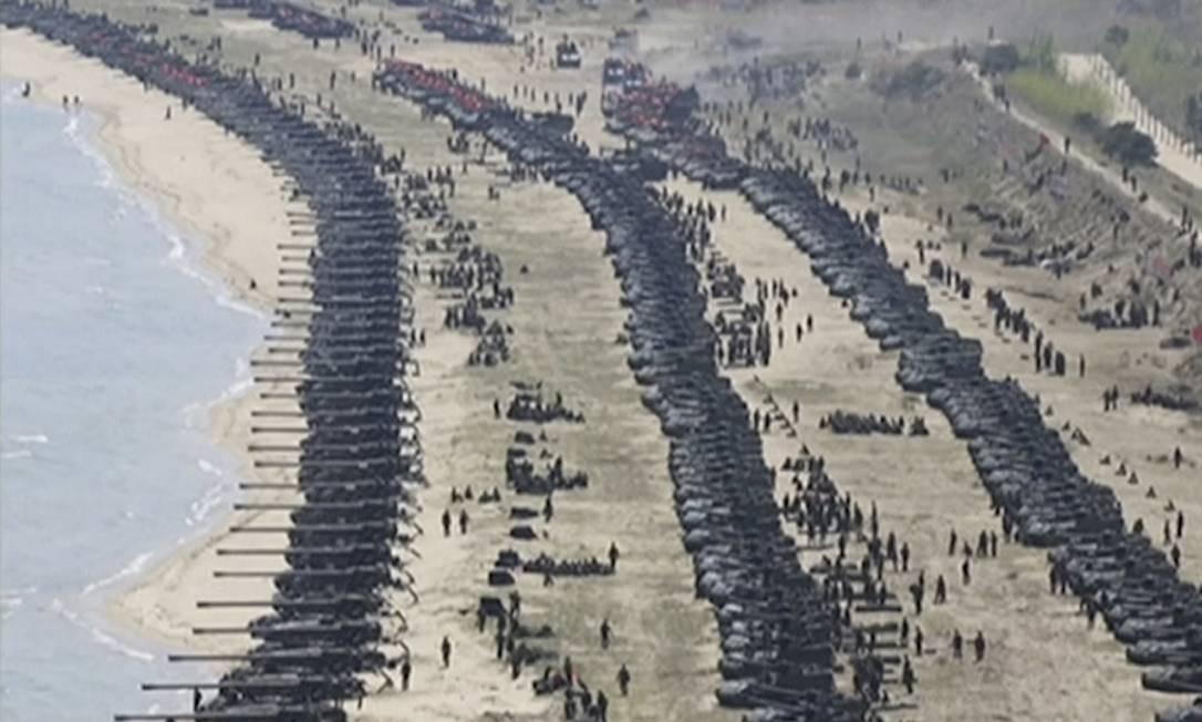 A imagem, retirada de um vídeo transmitido por um boletim de notícias da Coreia do Norte nesta quarta-feira, mostra a combinada demonstração de fogo realizada para celebrar o 85º aniversário do Exército do país. Jornalistas não obtiveram permissão para cobrir o evento Foto: AP