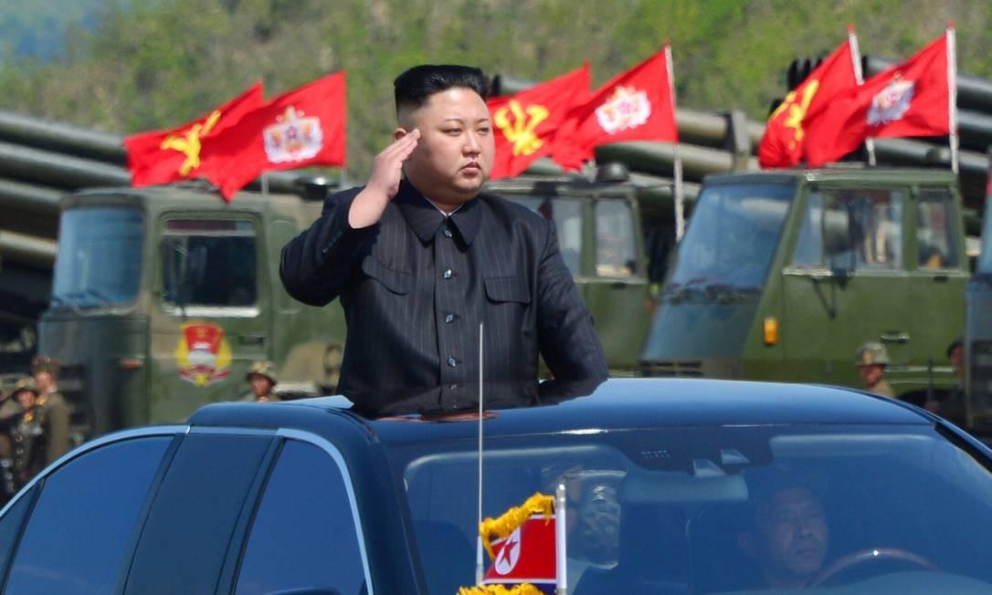 O líder da Coreia do Norte, Kim Jong-Un, assiste ao desfile militar que marcou o 85º aniversário do Exército Popular da Coréia (KPA), em foto divulgada pela Agência Norte-Coreana de Notícias (KCNA) Foto: KCNA / REUTERS