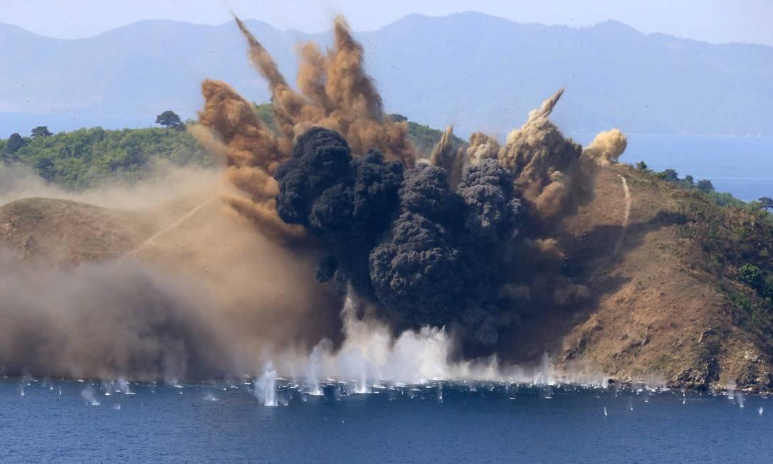 Coreia do Norte realizou demonstrações militares no dia do aniversário do seu Exército. A tensão está alta na península coreana, após a chegada de um porta-aviões americanos, que faz exercícios com as forças armadas da Coreia do Sul Foto: KCNA / REUTERS