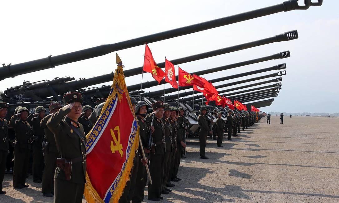 A foto divulgada pela agência de notícias coreana KCNA mostra o Exército da Coreia do Norte no dia do aniversário de 85 anos de sua fundação Foto: STR / AFP