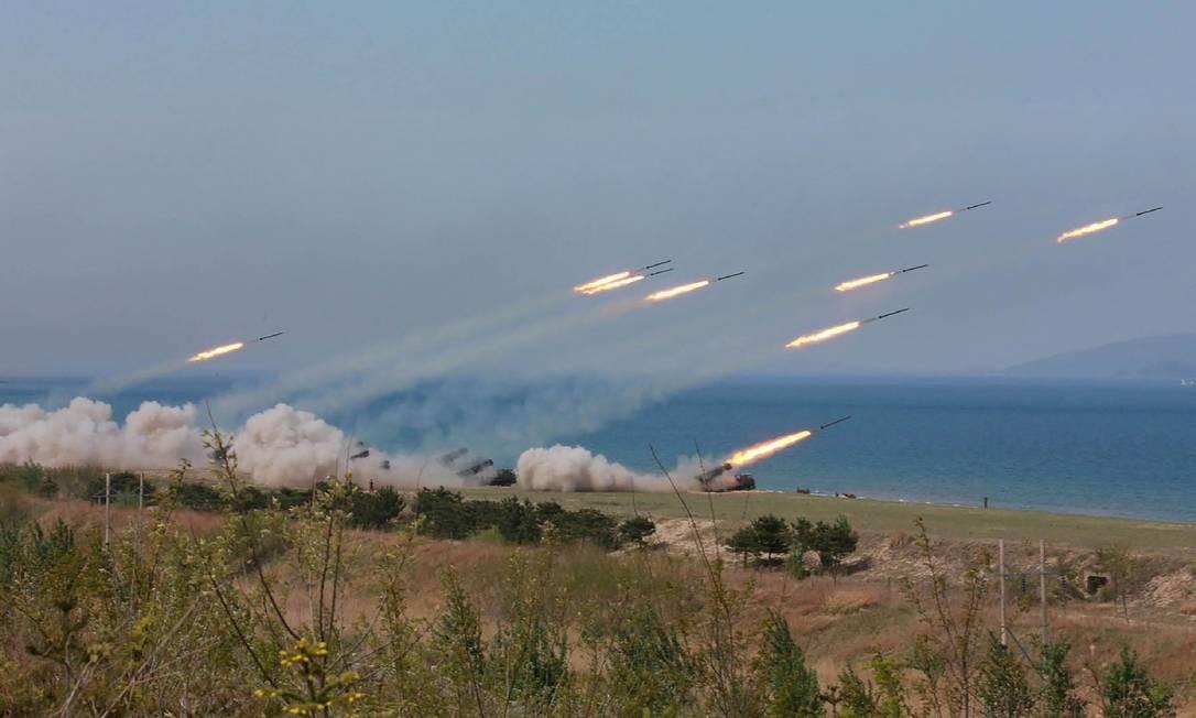 As demonstrações de força foram realizadas na frente oriental da Coreia do Norte. Na capital Pyongyang, foram realizadas cerimônias em comemoração do aniversário do Exército do país Foto: STR / AFP