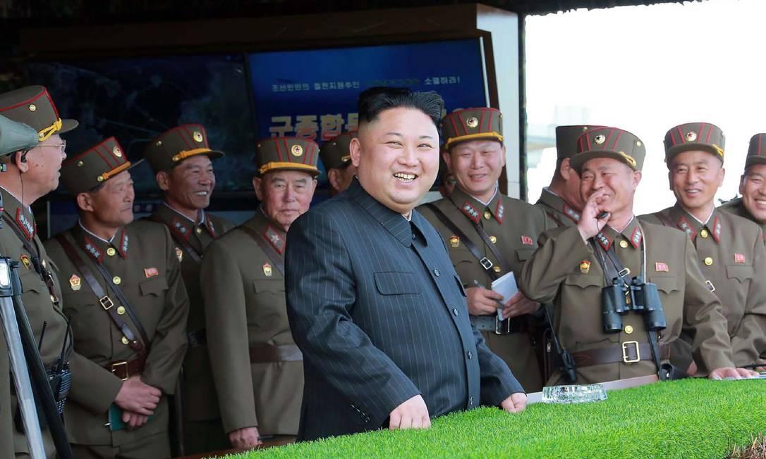 O ditador norte-coreano, Kim Jong-Un, assiste às demonstrações de fogo do seu Exército Foto: STR / AFP