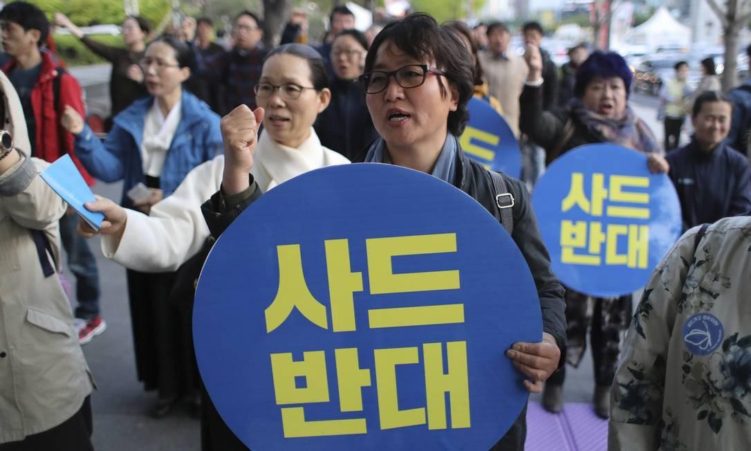 Sul-coreanos protestam contra a implantação de sistema americano anti-mísseis na Coreia do Sul Foto: Lee Jin-man / AP
