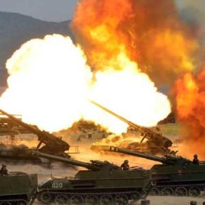 A foto divulgada pela Agência de Notícias da Coreia do Norte (KCNA) nesta quarta-feira mostra a demonstração combinada de fogo do Exército Popular da Coreia, em comemoração ao 85º aniversário de sua fundação, em um aeroporto na região Oriental do país Foto: STR / AFP