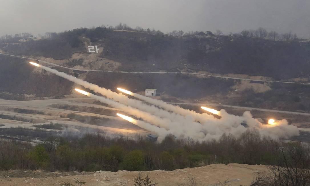 Exército sul-coreano lança foguetes durante treinamento com os Estados Unidos, em Pocheon, no sul do país Foto: Ahn Young-joon / AP
