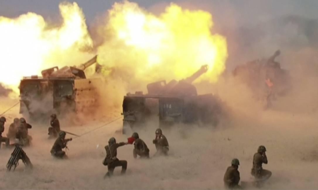 A imagem mostra o treinamento do Exército norte-coreano, no dia do seu aniversário de 85 anos. A Coreia do Norte vive um momento de grande tensão com os Estados Unidos e já fez dois testes de mísseis esse mês Foto: AP
