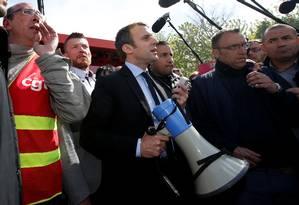 Emmanuel Macron, líder do movimento Em Marcha, usa um megafone para falar com funcionários da Whirlpool em frente à fábrica da empresa em Amiens, na França Foto: PASCAL ROSSIGNOL / REUTERS