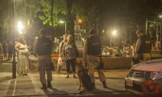 Guardas municipais com cachorro e câmeras instaladas pela praça fazem parte do reforço da ação de ordenamento iniciada no final de março pela prefeitura Foto: Analice Paron / Agência O Globo