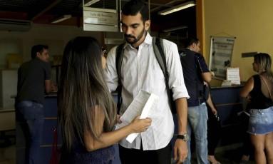 Os noivos Lilian Clemente e Rafael Silva na delegacia Foto: Gabriel de Paiva / Agência O Globo