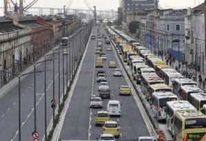 Engarrafamento de ônibus na Via Expressa da Avenida Rodrigues Alves (08/08/2016) Foto: Domingos Peixoto / Agência O Globo