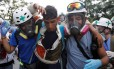 Voluntários da Cruz Verde ajudam manifestante ferido em protesto Foto: CARLOS GARCIA RAWLINS / REUTERS