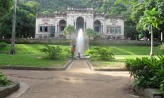 Os jardins do parque, onde famílias se divertem