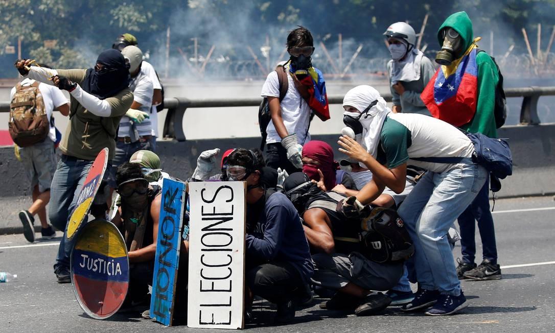 Oposicionistas a Nicolás Maduro entram em confronto com as forças de segurança em manifestação contra o presidente. Foto: CARLOS GARCIA RAWLINS 26/04/2017 / REUTERS