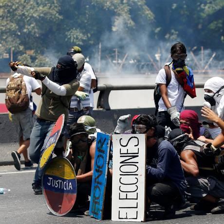 Oposicionistas ao governo Nicolás Maduro entram em confronto com as forças de segurança em manifestação contra o presidente. Foto: CARLOS GARCIA RAWLINS 26/04/2017 / REUTERS