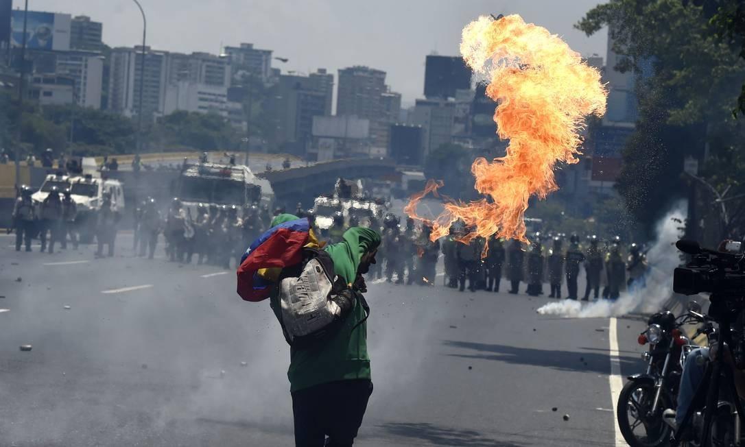 Opositores de Maduro organizaram outra manifestação contra o governo, o que causou temor na população pelo risco de novas mortes. Foto: JUAN BARRETO 26/04/2017 / AFP