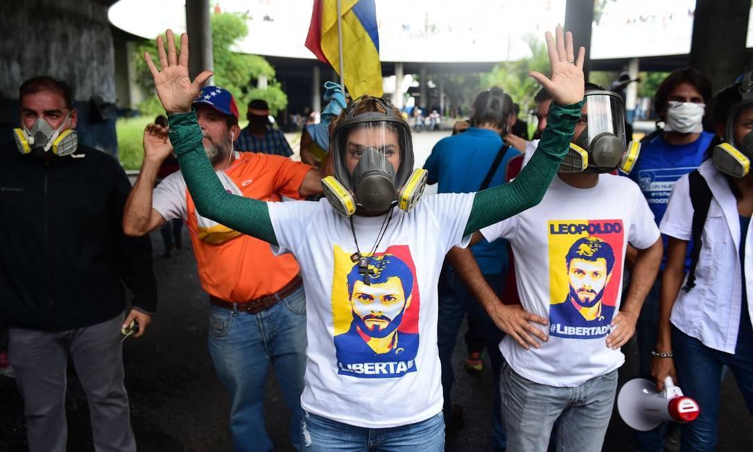 Lilian Tintori, esposa do líder da oposição Leopoldo Lopez precisou de máscara de gás durante protestos organizados nesta quarta-feira, 26. Foto: RONALDO SCHEMIDT 26/04/2017 / AFP