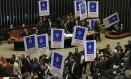 Câmara dos Deputados reunida para apreciar reforma trabalhista. Oposição protesta com cartazes Foto: Ailton Freitas / Agência O Globo