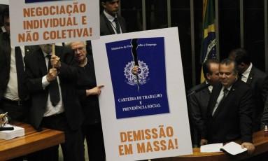 Parlamentares protestam contra reforma trabalhista dentro da Câmara, nesta quarta-feira. Foto: Givaldo Barbosa / Agência O Globo