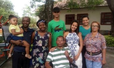Claro é cercado pela família após 36 anos Foto: Divulgação