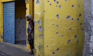"""Uma das paredes """"carimbadas"""", como dizem os moradores, na Rua 2 Foto: Agência O Globo / Domingos Peixoto"""