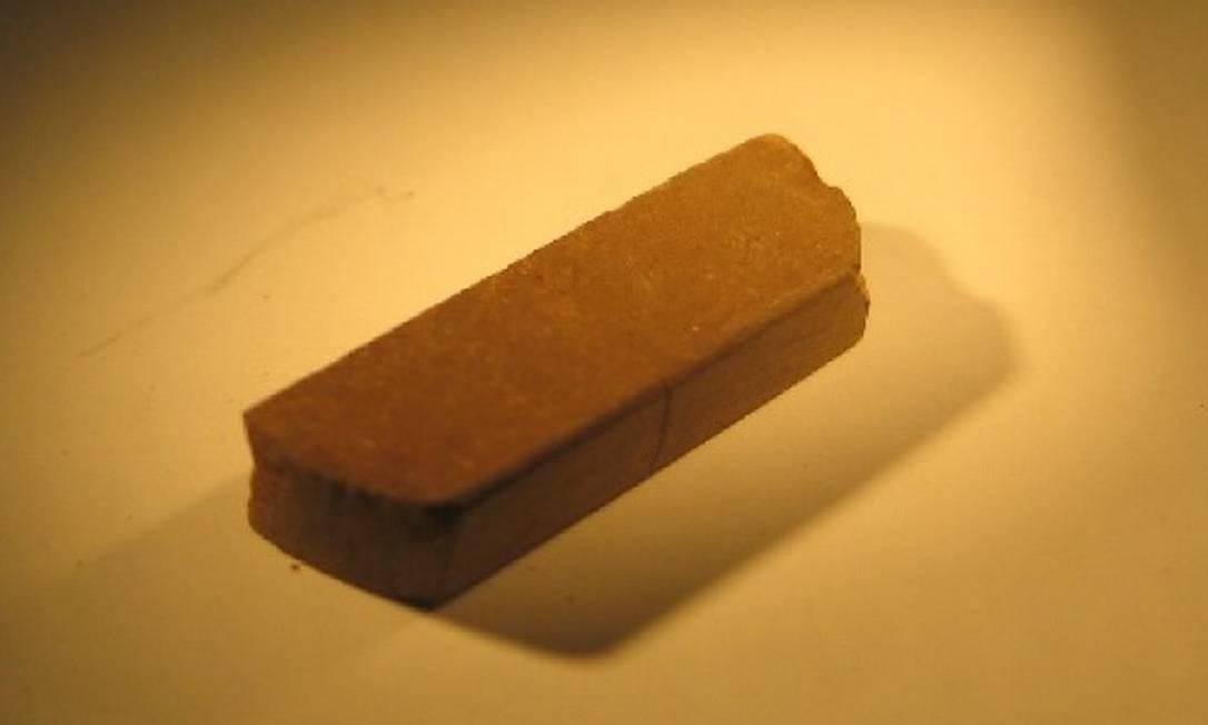 Exemplar de um tijolo produzido pelos pesquisadores com simulação do solo marciano: mais forte que concreto reforçado Foto: Yu Qiao / Divulgação/Universidade da Califórnia em San Diego