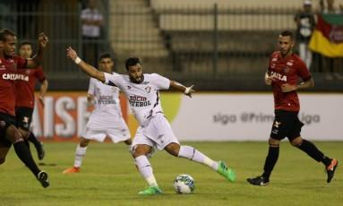 Henrique Dourado chuta a bola, na partida entre Fluminense e Brasil de Pelotas Foto: Marcelo Theobald