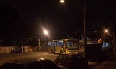 Um ônibus foi depredado na Estrada do Itararé, no Complexo do Alemão Foto: Reprodução/Voz das Comunidades