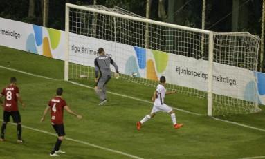 Danielzinho, à direita, fez o gol da classificação do Fluminense Foto: Marcelo Theobald