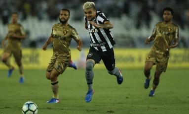 Victor Luis tenta levar o Botafogo ao ataque no Nilton Santos Foto: Alexandre Cassiano