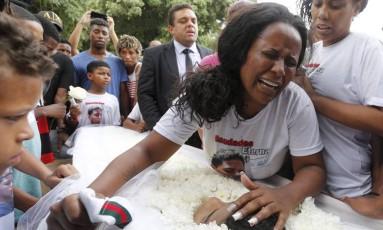 Michelle de Oliveira se desespera durante o enterro do filho Paulo Henrique, de 13 anos, atingido com um tiro na barriga em um beco no Complexo do Alemão Foto: Domingos Peixoto / Agência O Globo