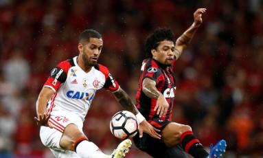Rômulo disputa a bola com Otávio na Arena da Baixada Foto: RODOLFO BUHRER / REUTERS