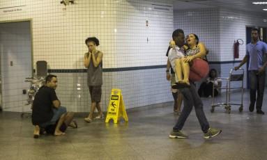 Familiares e amigos de Felipe Farias Gome se desesperam após receber a notícia da morte dele, no Hospital Salgado Filho Foto: Guito Moreto / Agência O Globo