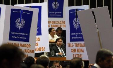 Deputados da oposição protestam durante votação da reforma trabalhista Foto: Antonio Cruz/ Agência Brasil