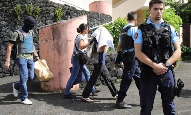 Policiais franceses levaram o atirador sob custódia em Saint-Denis-de-la-Reunion, na ilha de Reunião, no Oceano Índico Foto: RICHARD BOUHET / AFP