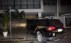 PF chega à casa de Adriana Ancelmo durante a madrugada para levá-la pra Curitiba para prestar depoimento Foto: Pedro Teixeira / O Globo