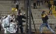 Torcedor do Peñarol usa barra de ferro para tentar golpear grupo de torcedores do Palmeiras no Campeón del Siglo Foto: Matilde Campodonico / AP