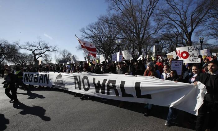 Manifestantes marcham na Avenida Pensilvânia, próxima à Casa Branca durante um protesto contra as políticas de imigração do presidente dos EUA, Donald Trump Foto: Manuel Balce Ceneta / AP