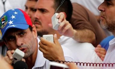 Líder opositor venezuelano, Henrique Capriles faz discurso durante protesto contra Maduro em Caracas Foto: CHRISTIAN VERON / REUTERS