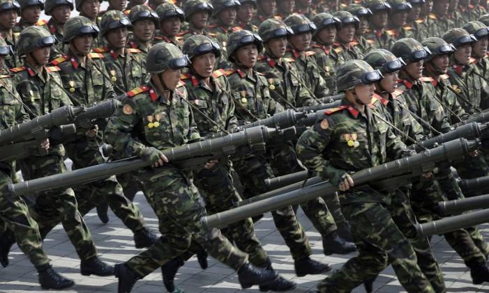 Soldados carregam foguetes no dia da parada militar que celebrou o aniversário do fundador do regime da Coreia do Norte e avô do líder norte-coreano, Kim Jong-Un, na capital do país, Pyongyang Foto: Wong Maye-E / AP