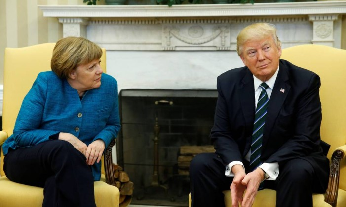 O presidente dos EUA, Donald Trump, encontra com a chanceler alemã, Angela Merkel, no Salão Oval da Casa Branca, em Washington Foto: JONATHAN ERNST / Reuters