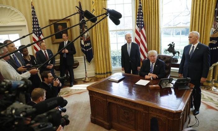 O presidente dos EUA, Donald Trump, encontra com a mídia no Salão Oval da Casa Branca, em Washington Foto: Pablo Martinez Monsivais / AP