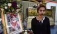 Jiranuch Trirat, de 22 anos, em frente do caixão de sua filha Natalie, de 11 meses