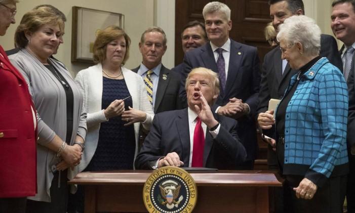 O presidente dos EUA, Donald Trump, fala com a mídia durante um evento no Salão Roosevelt da Casa Branca, em Washington Foto: Andrew Harnik / AP
