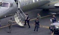 Ex-primeira dama do Rio de Janeiro Adriana Ancelmo embarca no avião da Polícia Federal no Galeão Foto: Reprodução/TV Globo