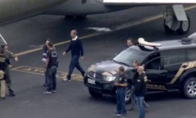 Sérgio Cabral embarca no avião da Polícia Federal rumo a Curitiba Foto: Reprodução / TV Globo