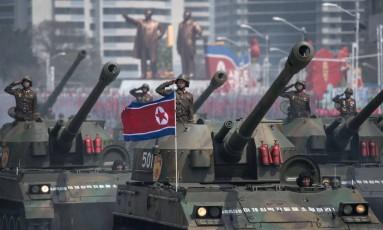 Tanques do Exército Popular da Coreia do Norte (KPA) são mostrados durante desfile militar marcando o aniversário do ex-líder norte-coreano, Kim Il-Sung, em Pyongyang Foto: ED JONES / AFP