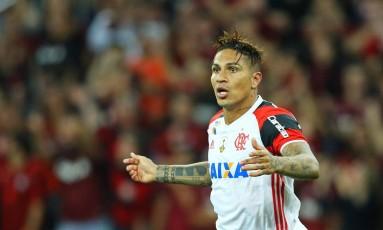 Guerrero abre os braços na derrota do Flamengo para o Atlético-PR Foto: HEULER ANDREY / AFP