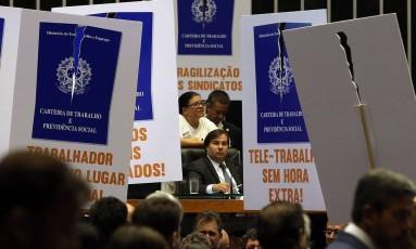 Protesto de partidos de oposição ao governo durante a votação no plenário da Câmara do projeto da reforma trabalhista Foto: Antonio Cruz/ Agência Brasil/26-4-2017 / Agência O Globo