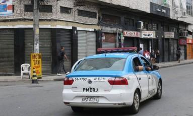 Mesmo com policiais nas ruas, comerciantes permanecem com as portas fechadas no Rio Comprido Foto: Guilherme Pinto / Guilherme Pinto