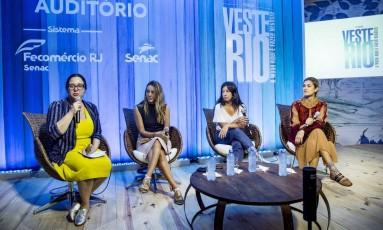 """Parte da equipe da """"Vogue"""" reunida para falar sobre o instagram da revista. Da esquerda para direita: Silvia Rogar, Camila Garcia, Larissa Gargaro e Bárbara Migliori Foto: Ana Branco / Agência O Globo"""